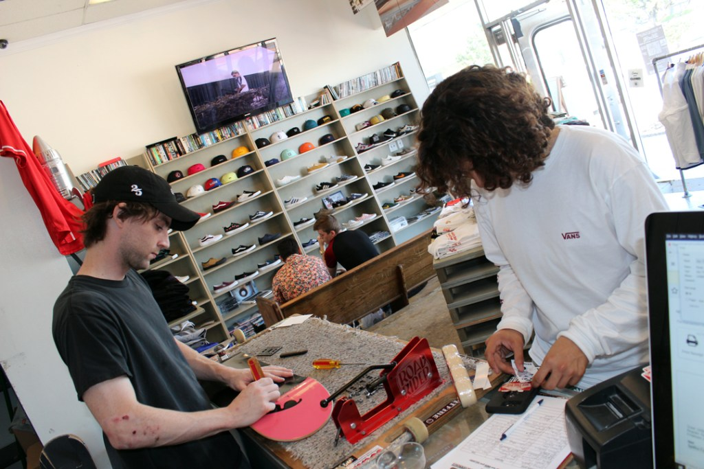 southside-skateshop-new-era-brunch-recap jack-bevevino-and-customer-photo-eric-visentin