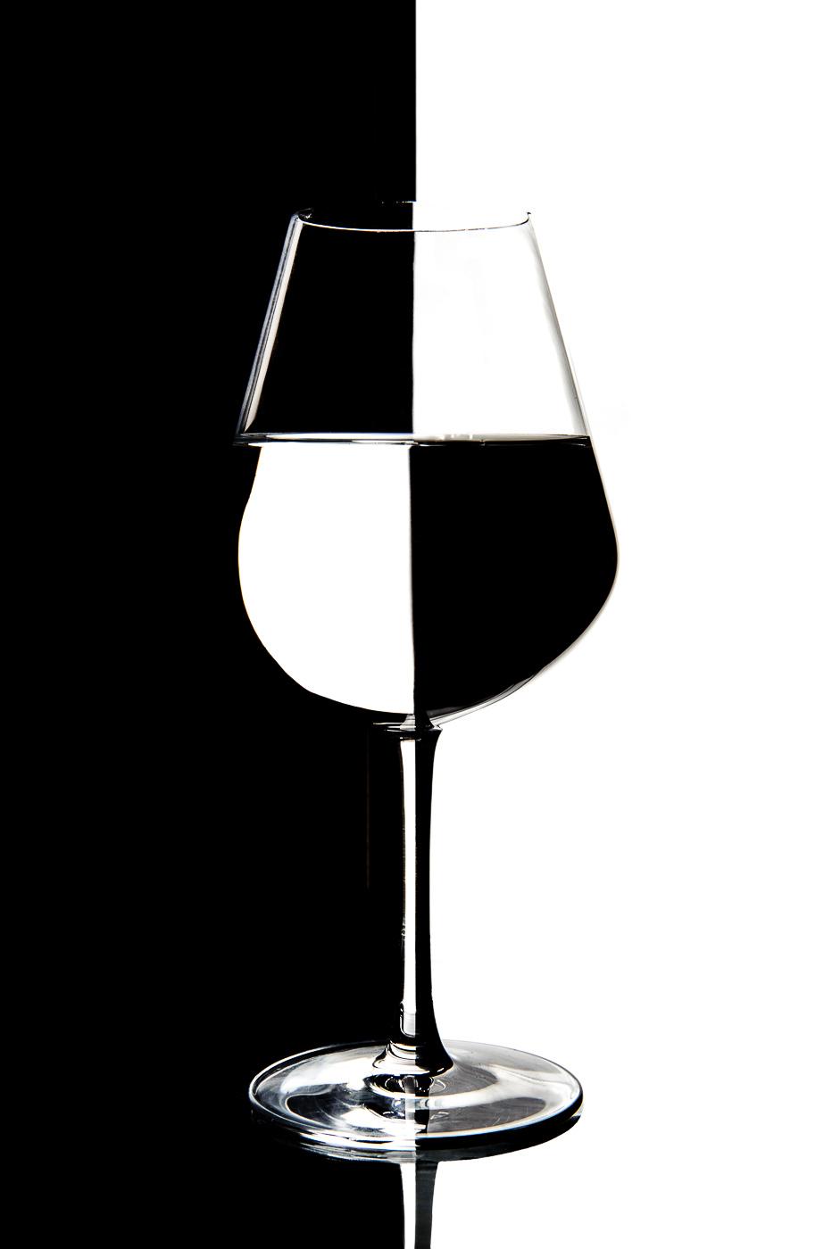Essais sur le verre en fond clair lignes sombres.