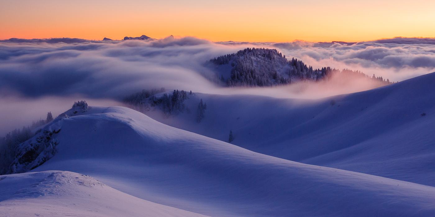 Quelques nuages viennent s'échouer sur les alpages du Charmant Som.