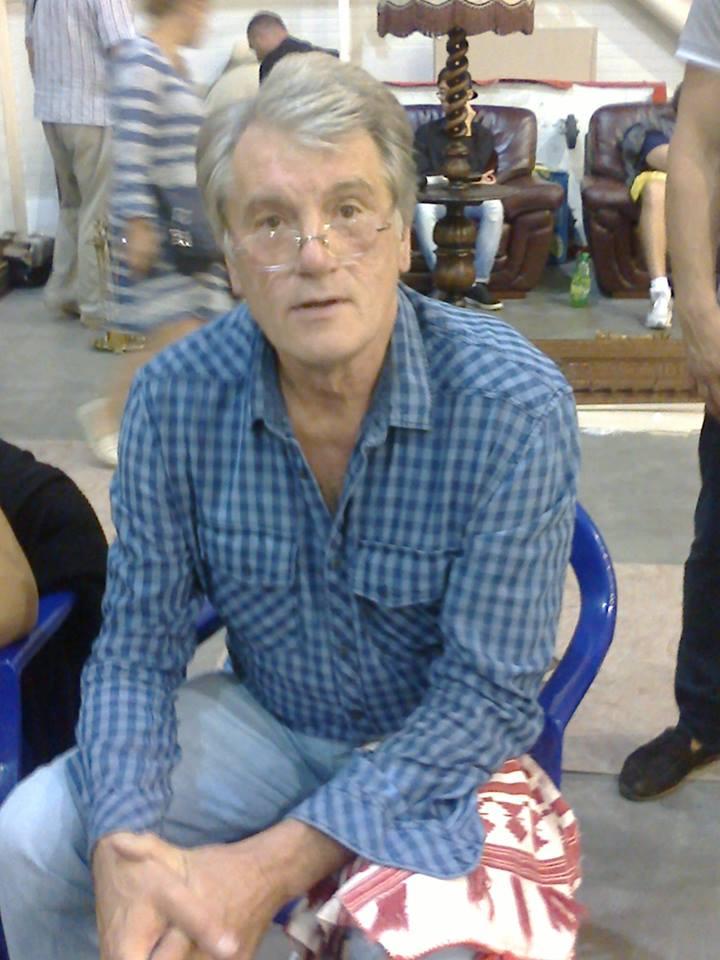 В сети появилось фото Викторя Ющенко торгующего вышиванками
