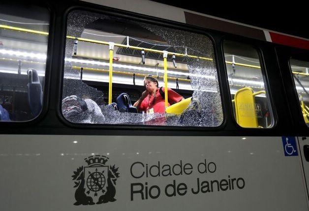 В Рио-де-Жанейро неизвестные атаковали автобус с журналистами