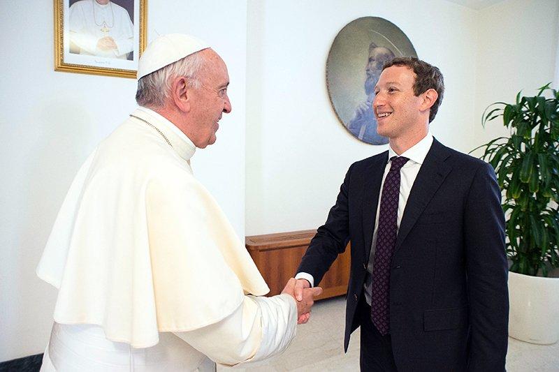 Папа Римский встречается с Цукербергом, но не заводит аккаунт в Facebook