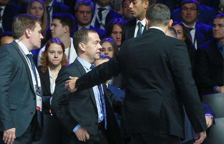 Медведева эвакуировали из-за угрозы безопасности