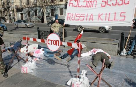 """В центре Тбилиси прошла акция-перфоманс """"Россия убивает"""""""