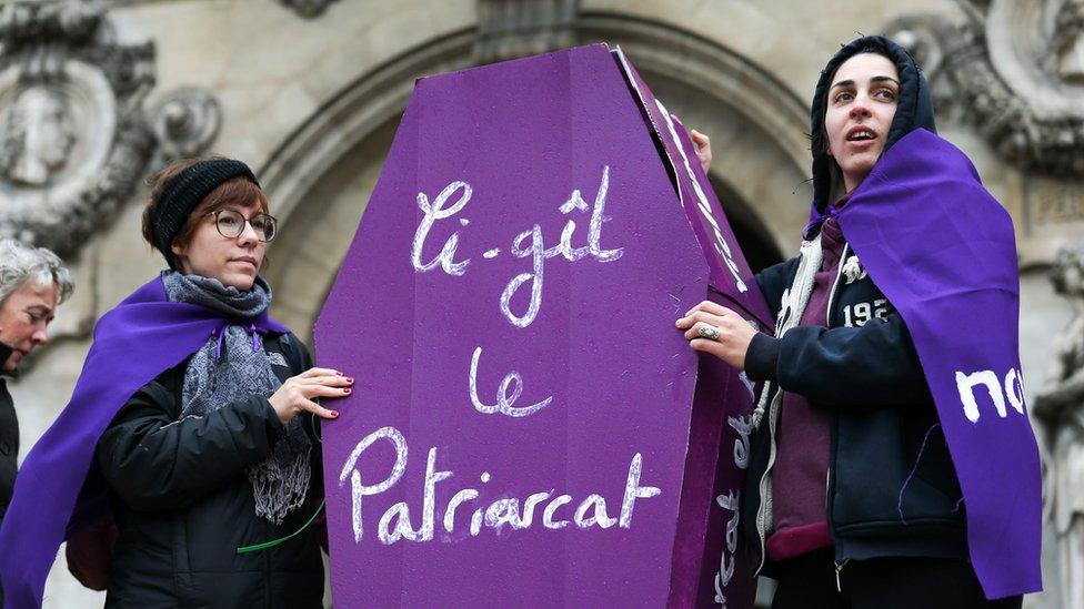 """""""Здесь лежит патриархат"""" - написано на бутафорском гробу, который несут участницы демонстрации в Париже"""