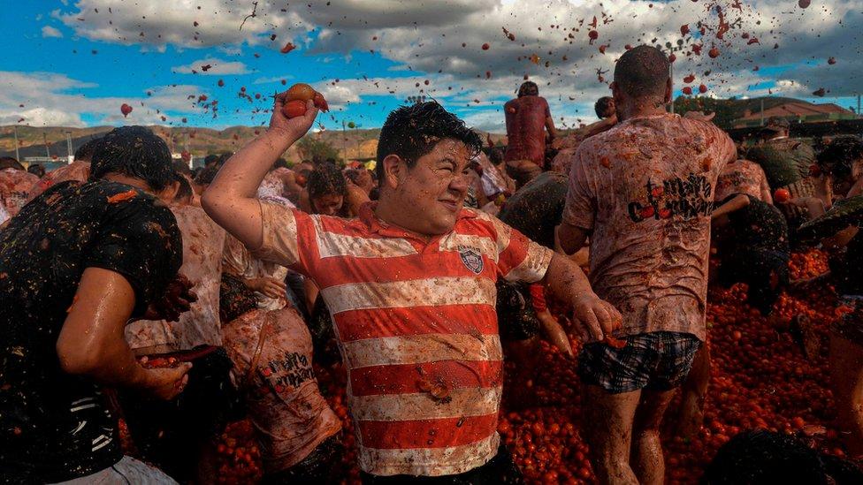 Ежегодный фестиваль боев помидорами в колумбийском Сутамарчане