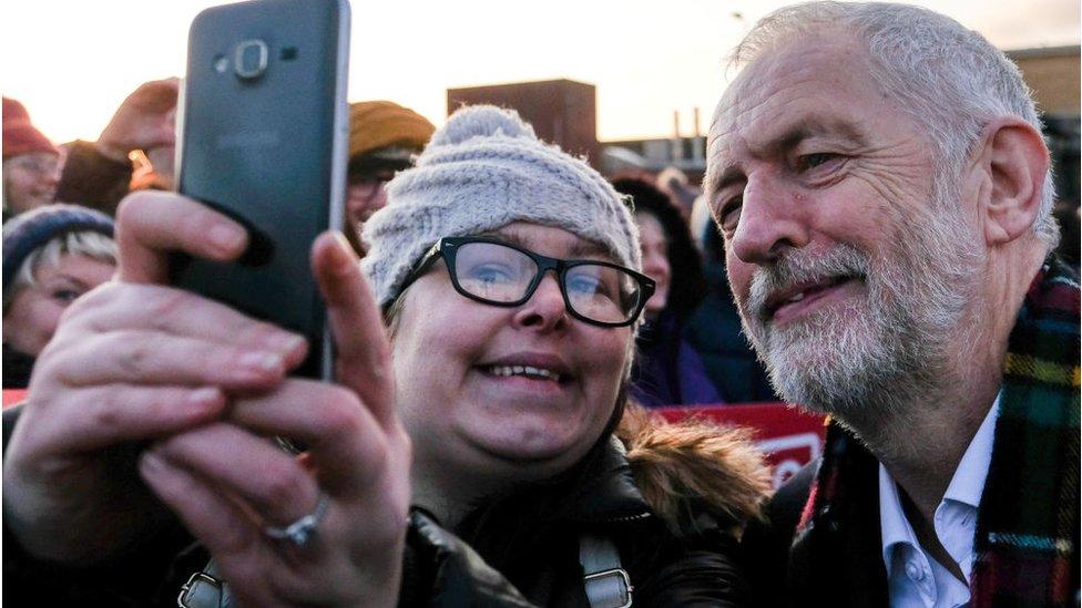 Лидер лейбористов Корбин - политик старшего поколения. Но и он давно попал в социальные сети