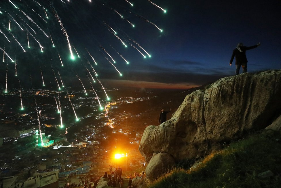 Курды празднуют Новруз, символизирующий приход весны, возле города Акра в Ираке.