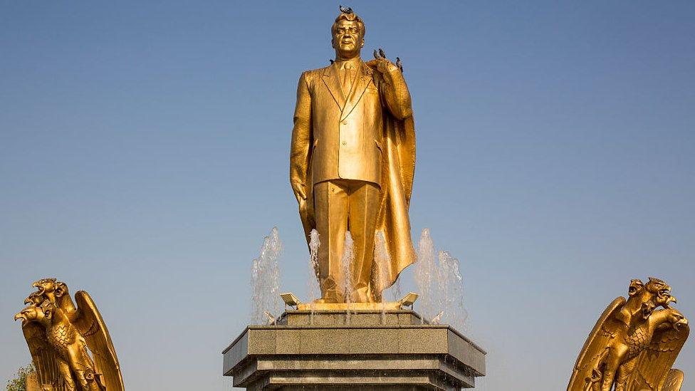 Памятник Ниязову в Ашхабаде