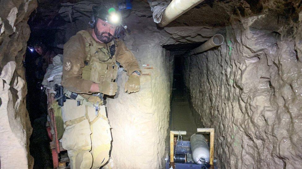 Американский таможенник в тоннеле