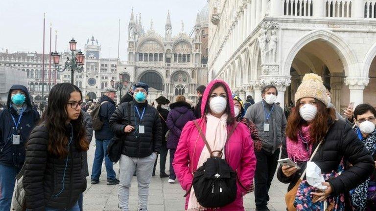 Люди в масках в Венеции