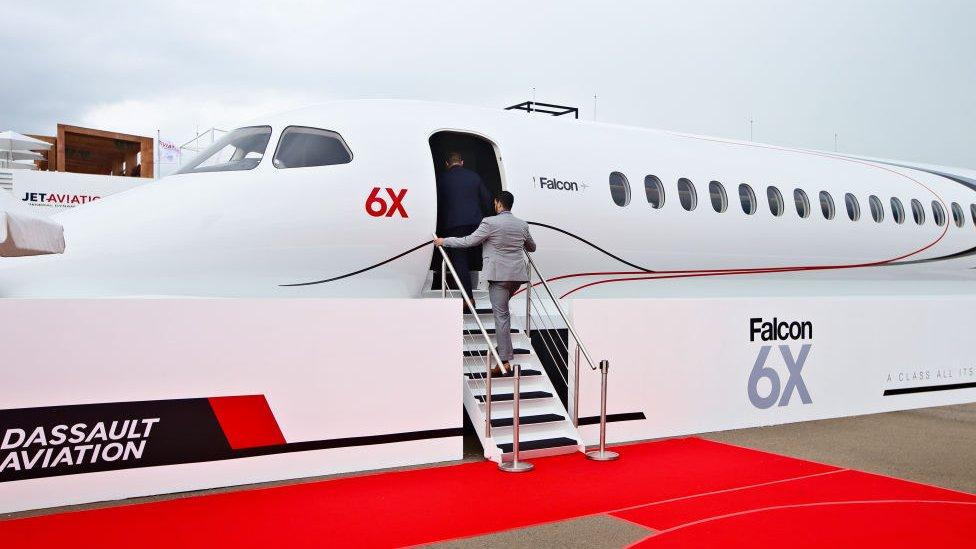 человек поднимается на борт самолета
