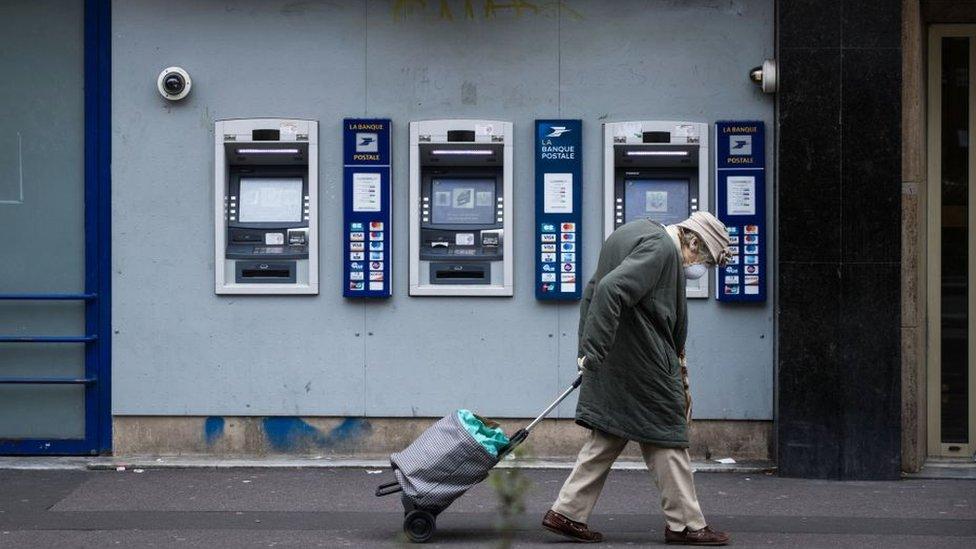 Старушка в маске идет по парижской улице