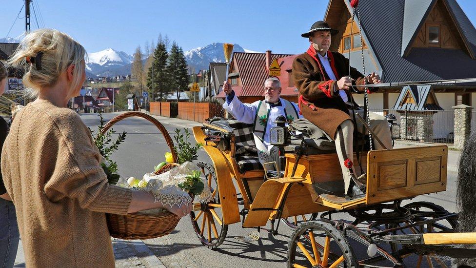 В польском городе Закопане - центре горного туризма - священник передвигается на конной повозке