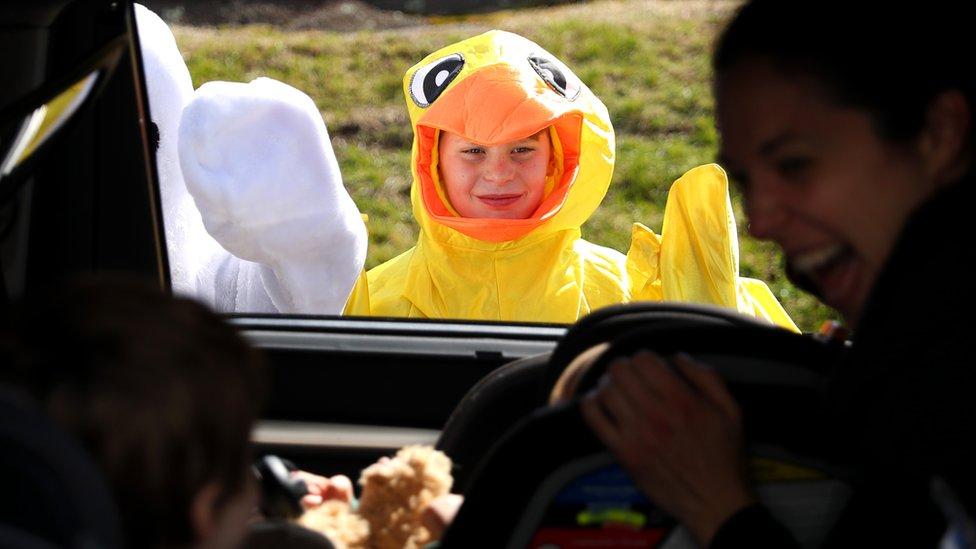 """В американском штате Массачусетс организовали """"автомобильную Пасху"""": дети в карнавальных костюмах приветствуют верующих"""