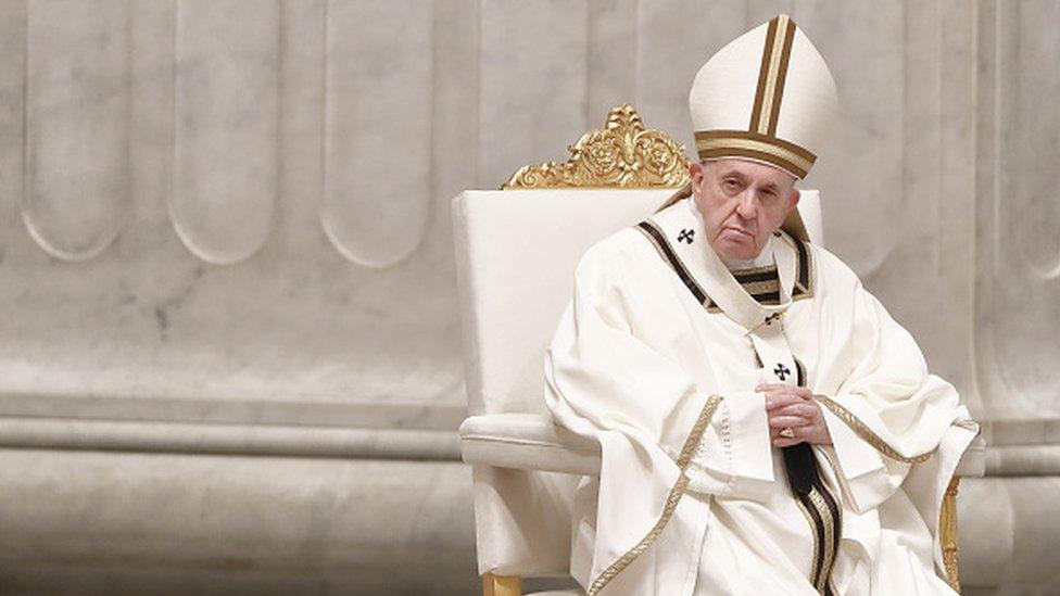 Папа Римский во время службы в Ватикане