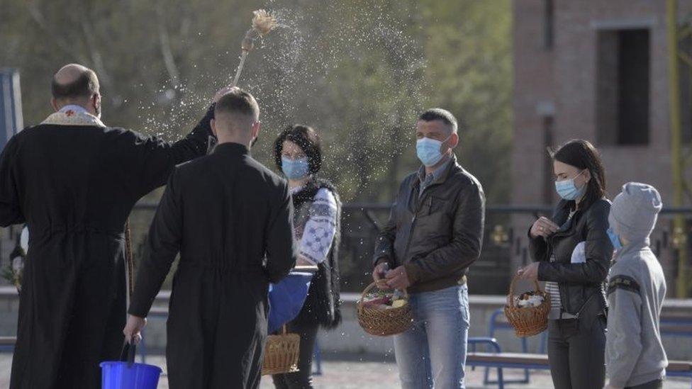 священник освящает куличи во Львове