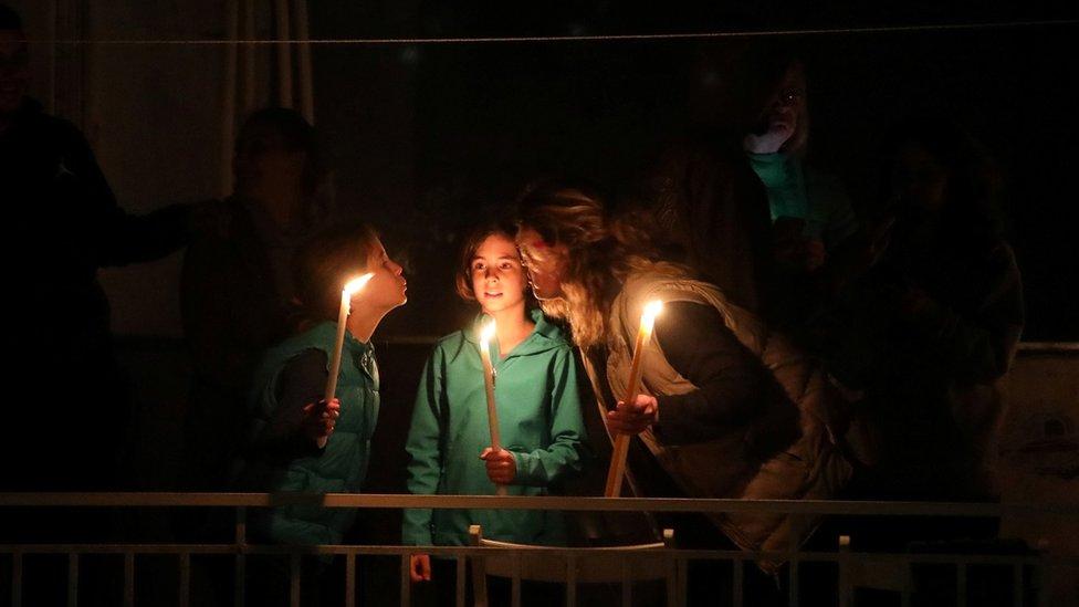 Семья в Афинах встречает Пасху на балконе