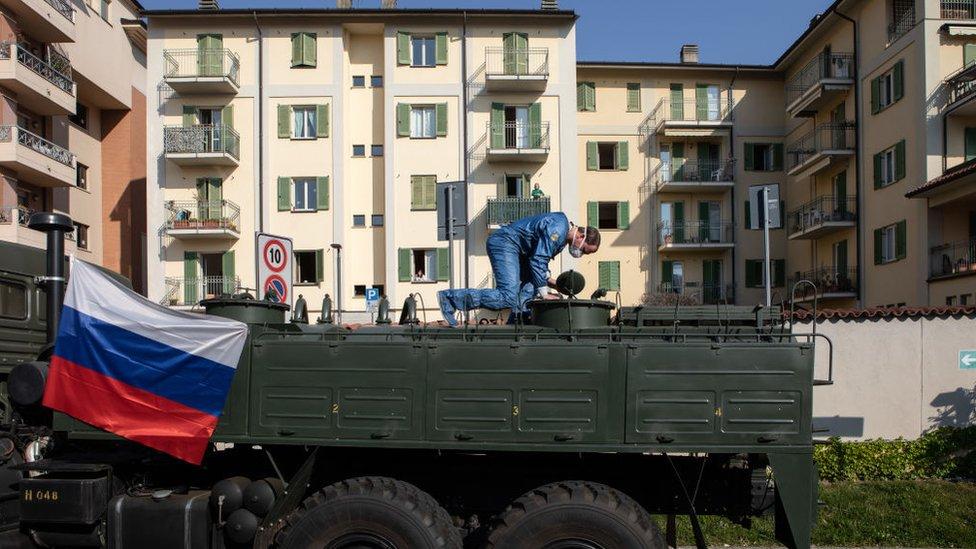 Российские войска рациональной, химической и биологической защиты продезинфицировали дома престарелых в трёх населенных пунктах Ломбардии на севере Италии: Скильпарио, Спирано и Торре-Больдоне.