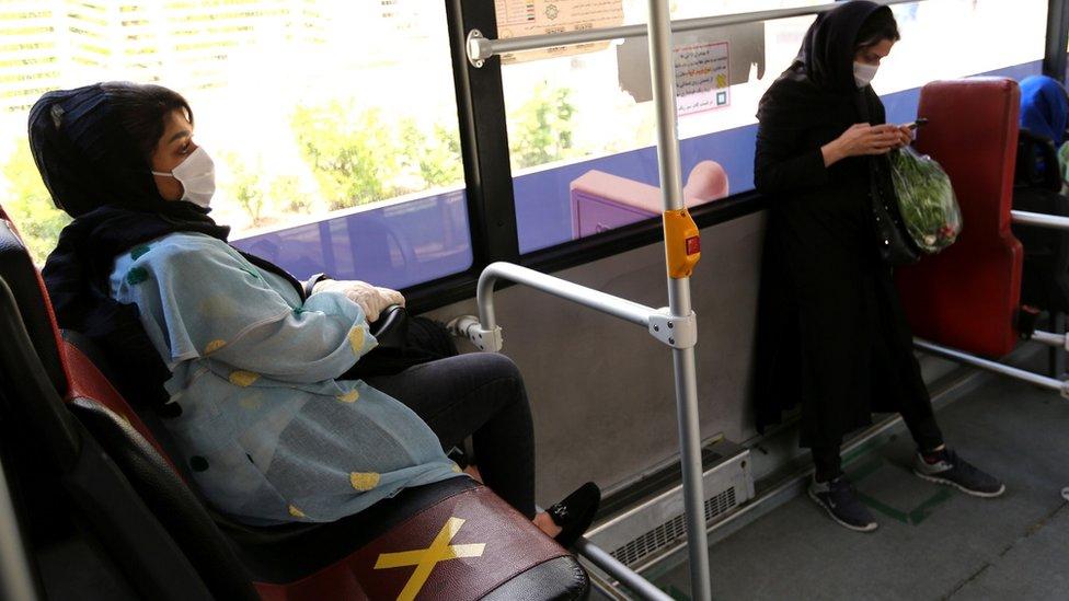В автобусе в Тегеране держат дистанцию