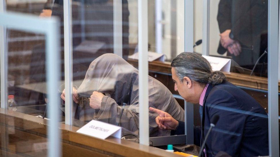 Обвиняемый Ияд А. скрывает свое лицо под капюшоном