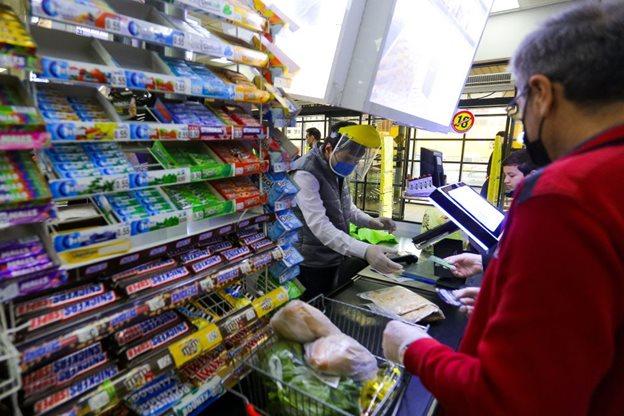 Продавец в магазине в защитной маске