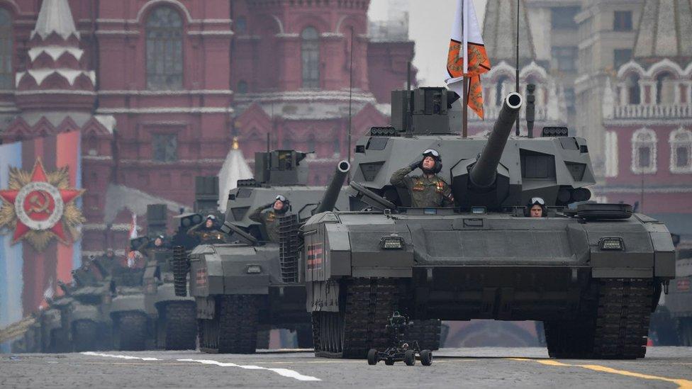 Эксперт Илья Крамник считает, что министерство обороны может сэкономить на поставках новой дорогостоящей техники, отложив ее производство