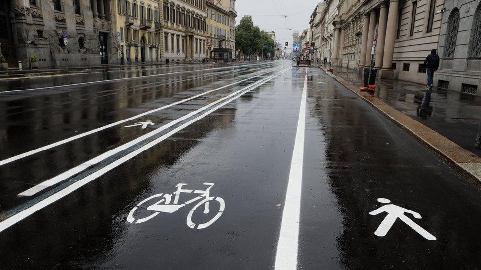 Велосипедная и пешеходная разметка на улице Милана