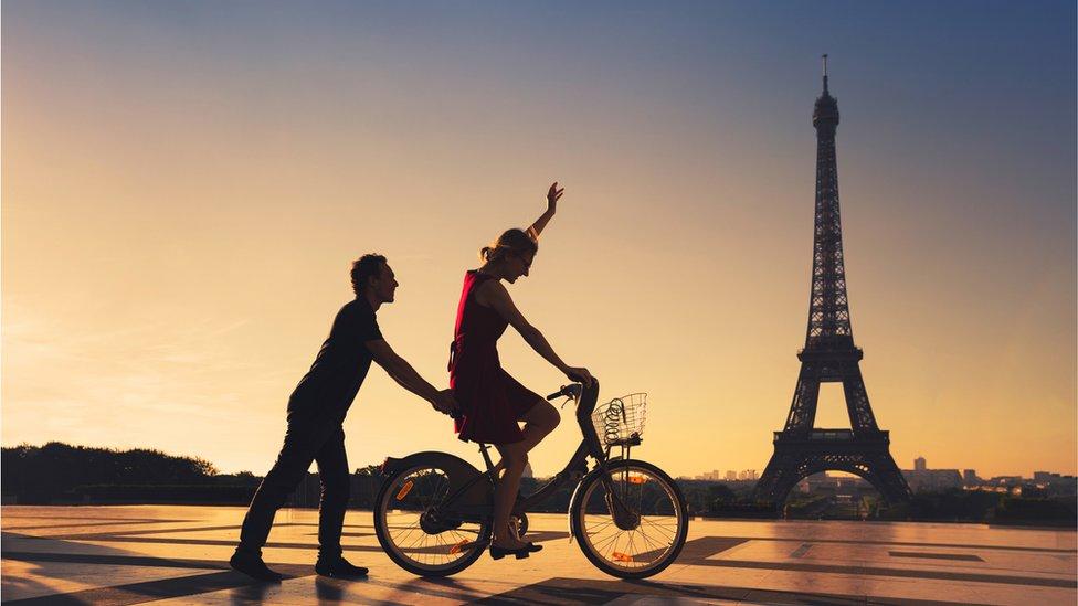 Пара на велосипеде в Париже