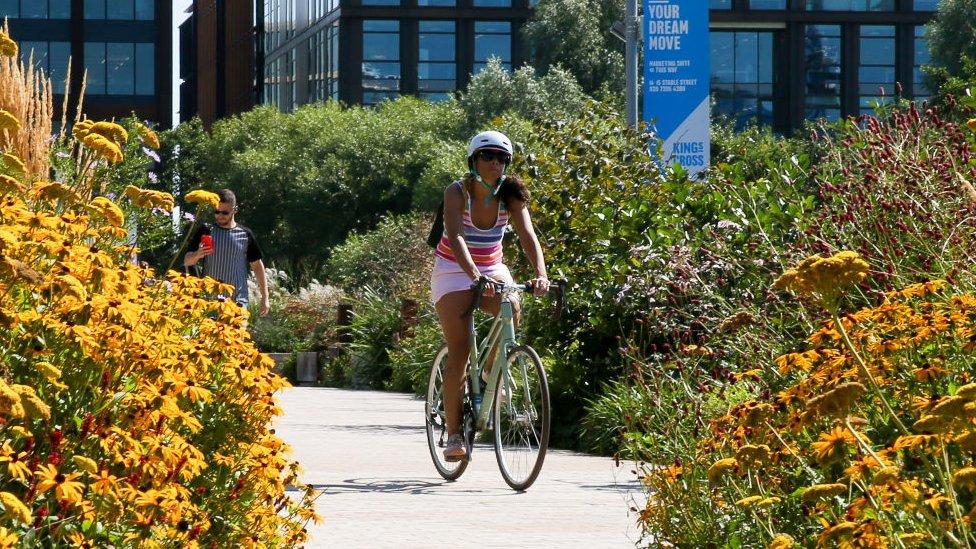 Девушка на велосипеде в Лондоне