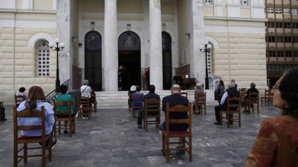 Во многих храмах Греции скамьи заменили на стулья, которые расставили с учетом необходимой социальной дистанции