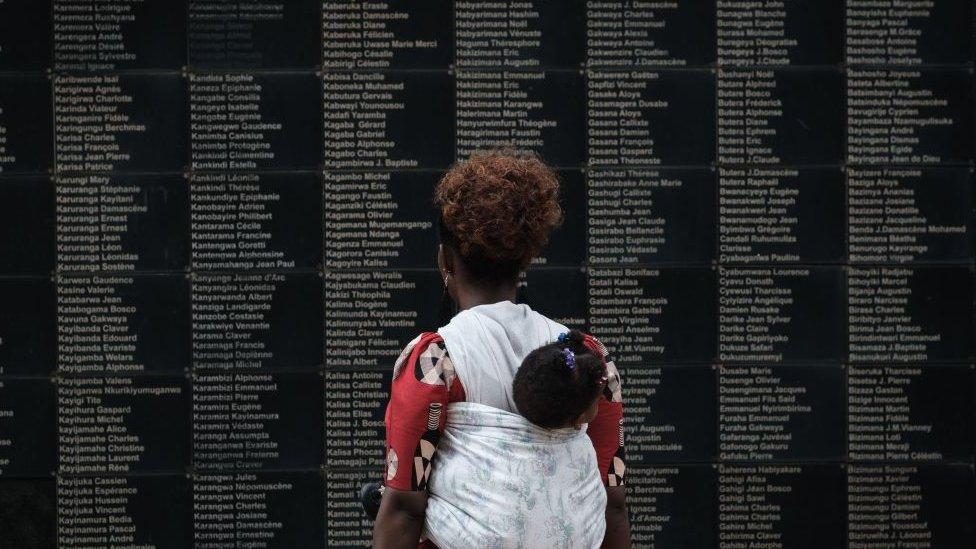 У мемориала жертвам геноцида в Руанде