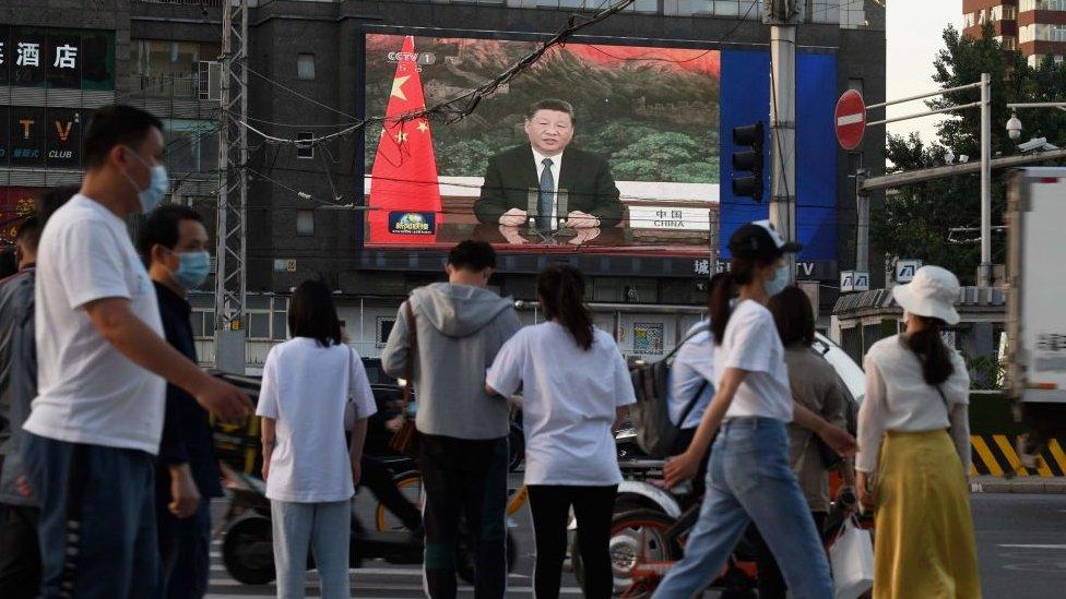 Си Цзиньпин на экране в Пекине