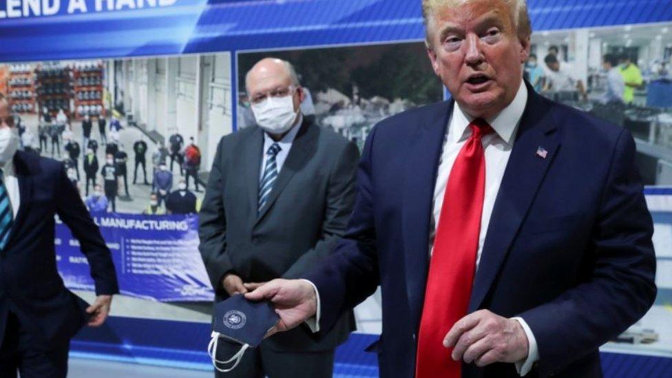 Трамп во время посещения завода