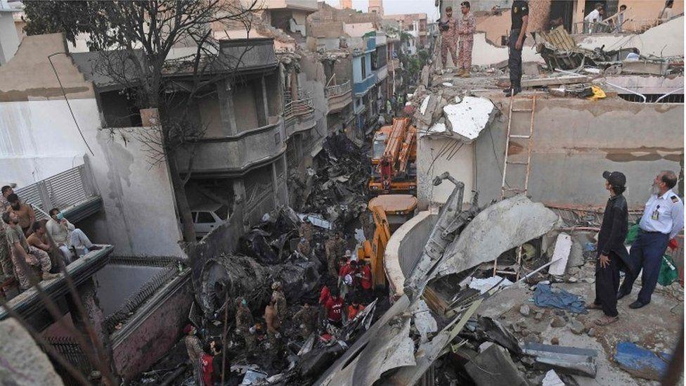 """Самолет упал в жилом районе недалеко от международного аэропорта """"Джинна"""" в Карачи"""