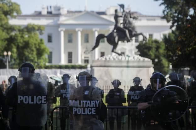 Полиция перед Белым домом