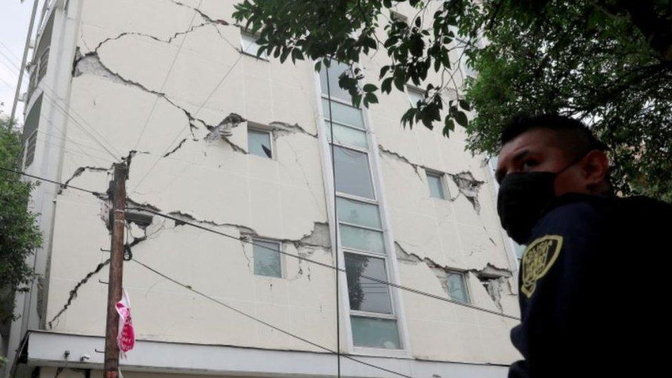Поврежденное здание в Мехико