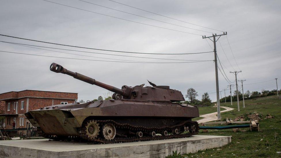 Разбитый сербский танк в Косово