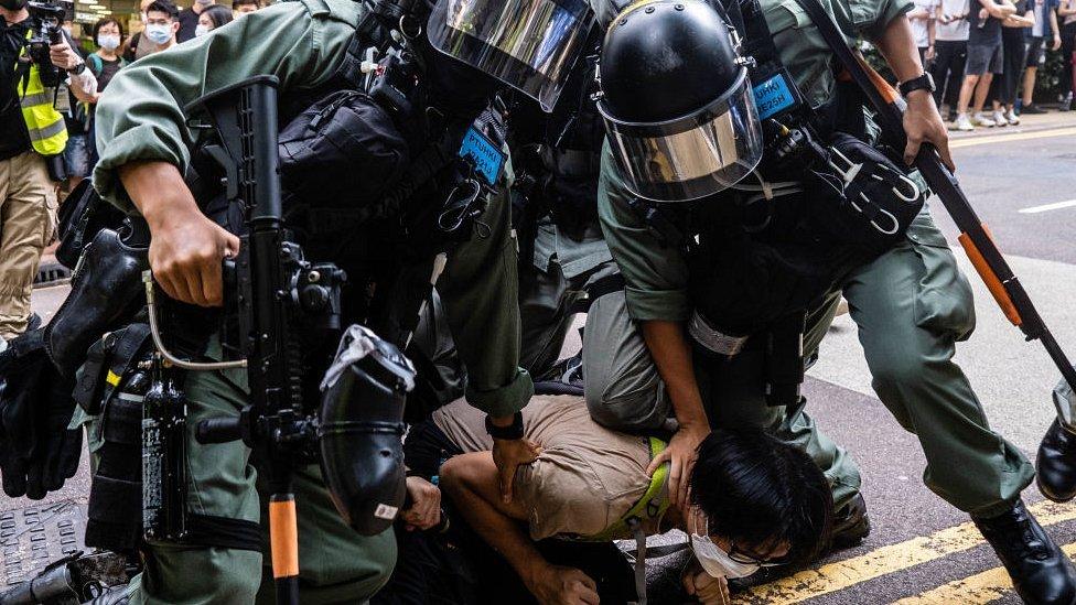 Полиция задерживает протестующего в Гонконге
