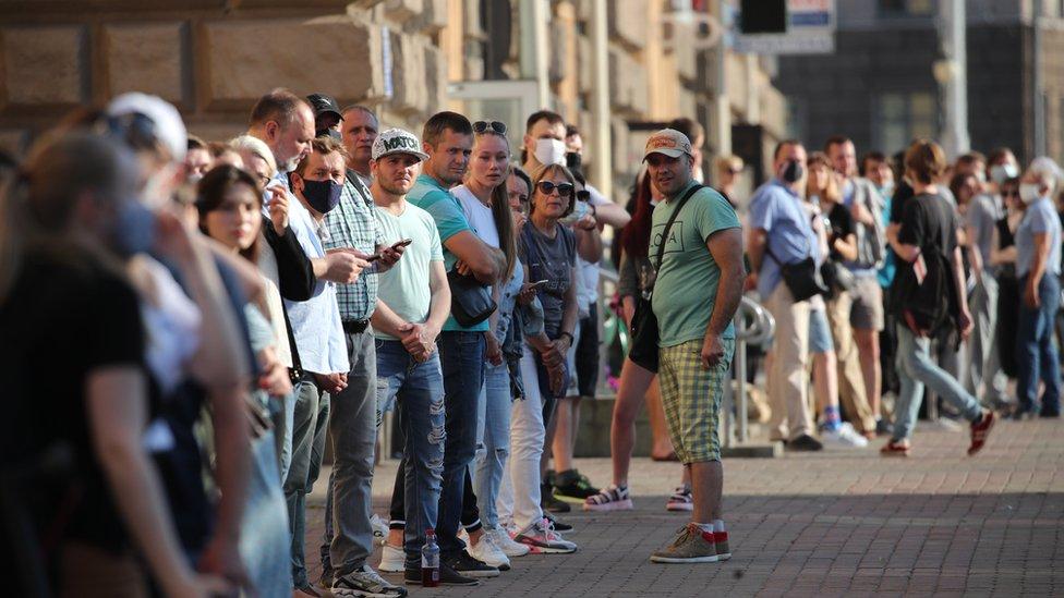 Очередь на сбор подписей в Минске 19 июня