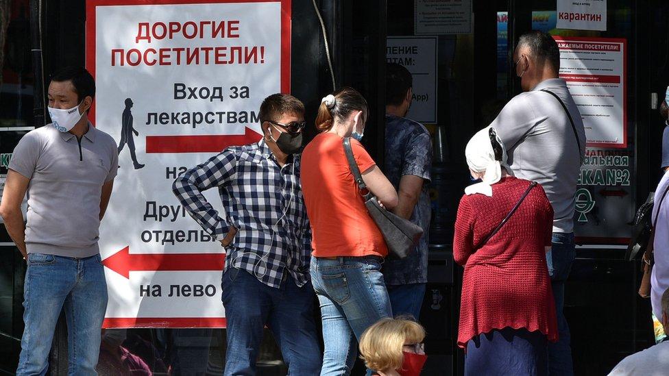 Очередь на входе в аптеку в Алматы 8 июля 2020 года