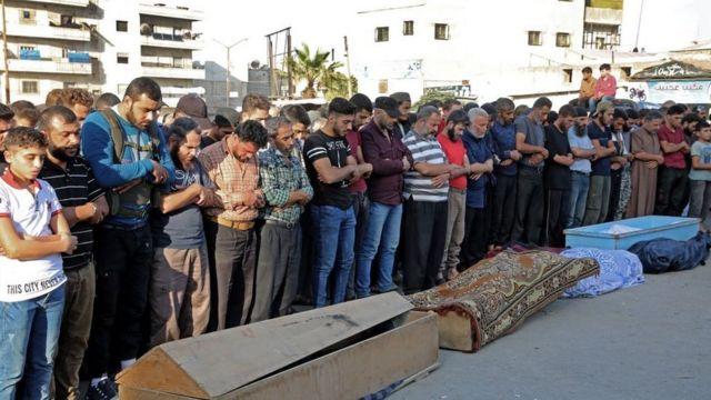 Похороны погибших при авианалете в Идлибе