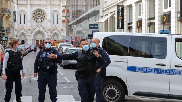 Полиция у входа в церковь