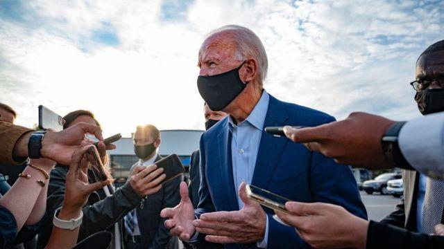 Джо Байден беседует с журналистами в Северной Каролине