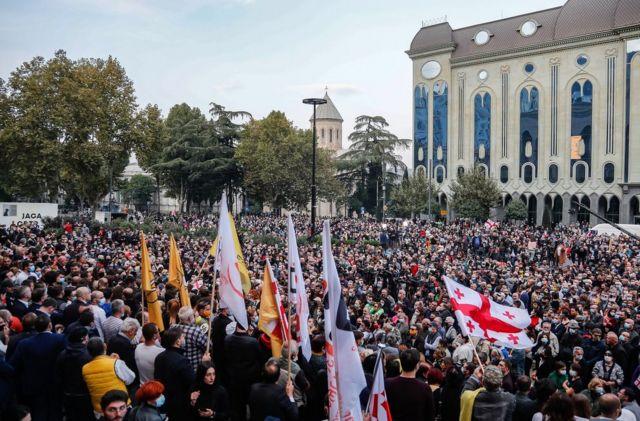 демонстранты у здания парламента в Тбилиси