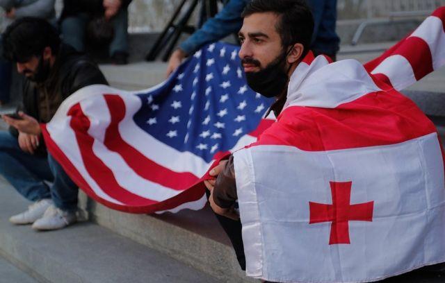 демонстранты с грузинским и американским флагами