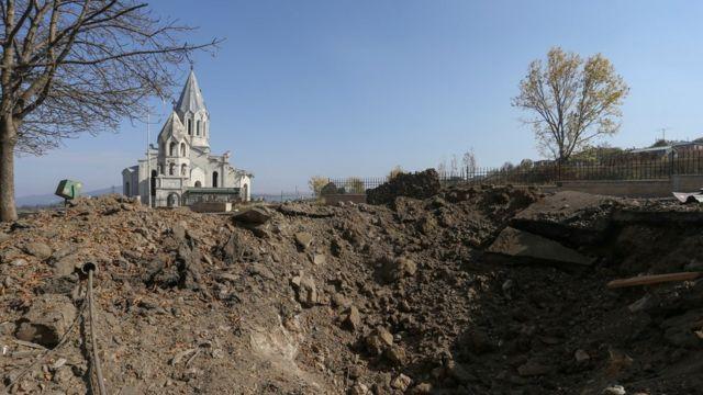 церковь в Шуше на фоне воронки от разрыва снаряда, 29 октября 2020