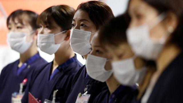 Медицинские работники в аэропорту в Японии