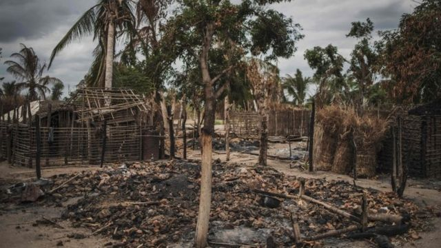 Сгоревшая деревня в Мозамбике после нападения джихадистов (архивное фото)
