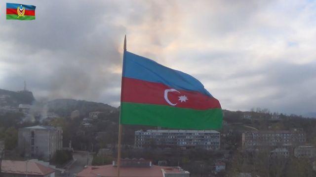 Азербайджанский флаг над городом Шуша (Шуши)